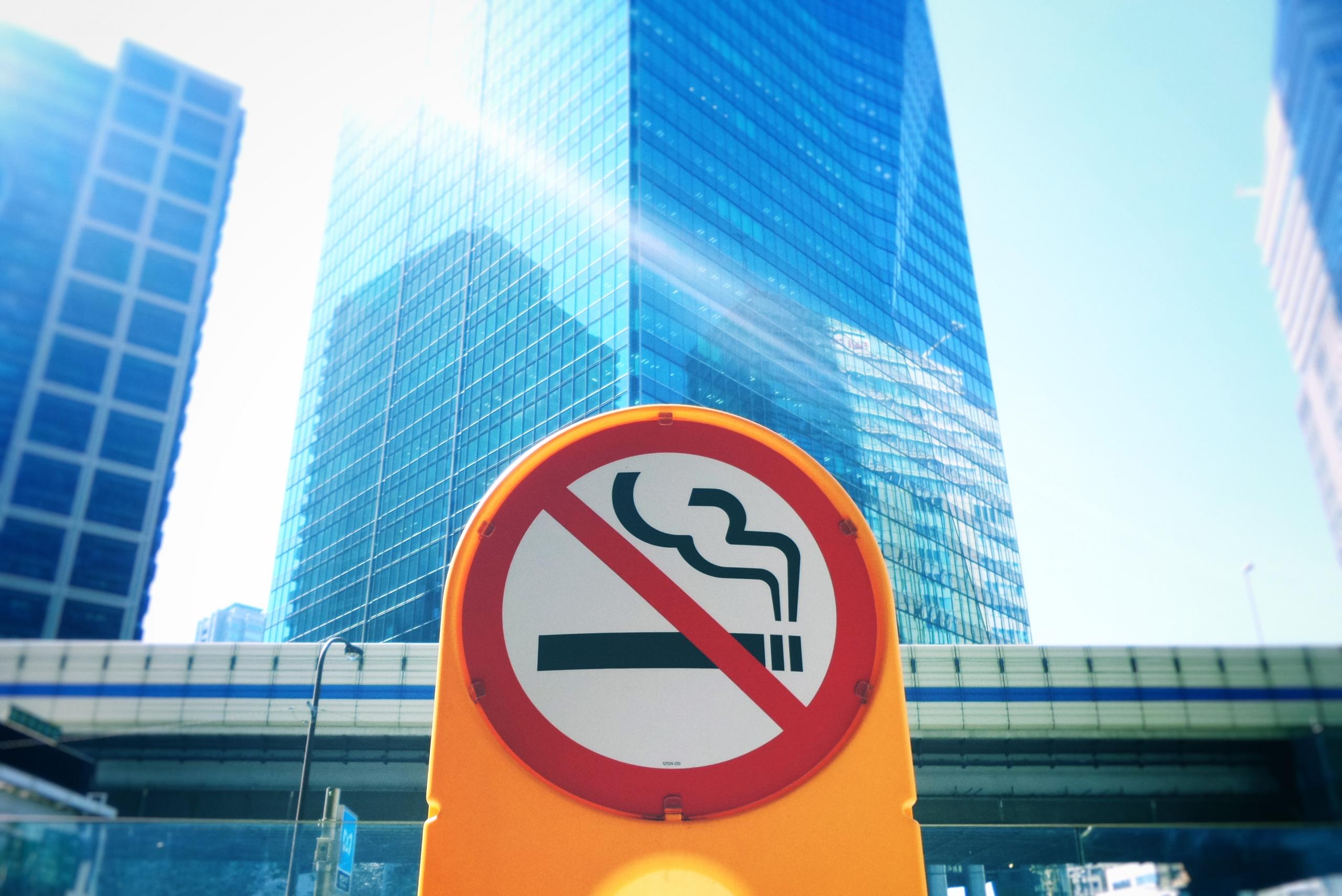 禁煙の看板とビル