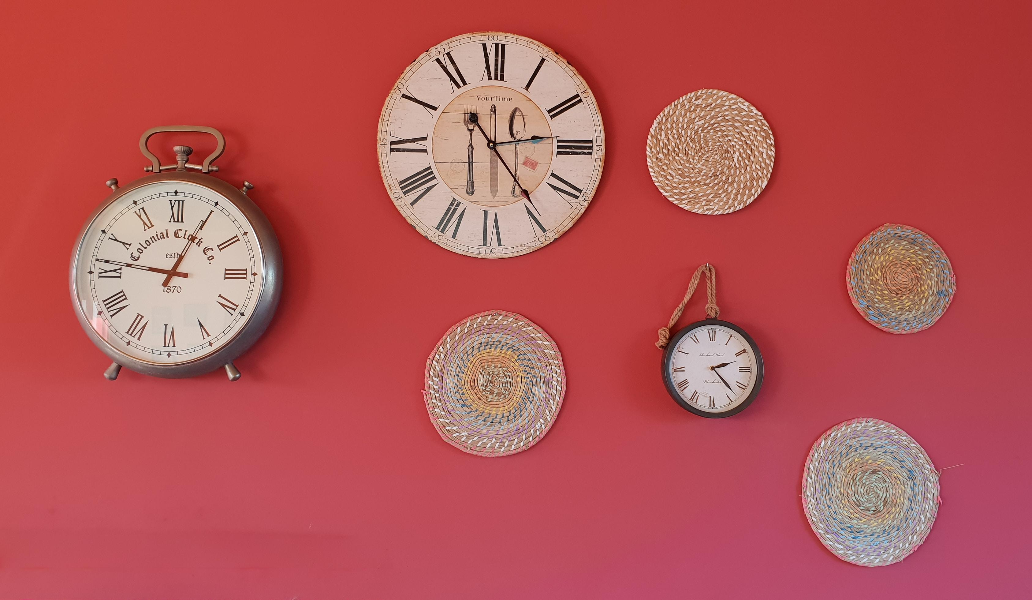 赤い壁とたくさんの時計