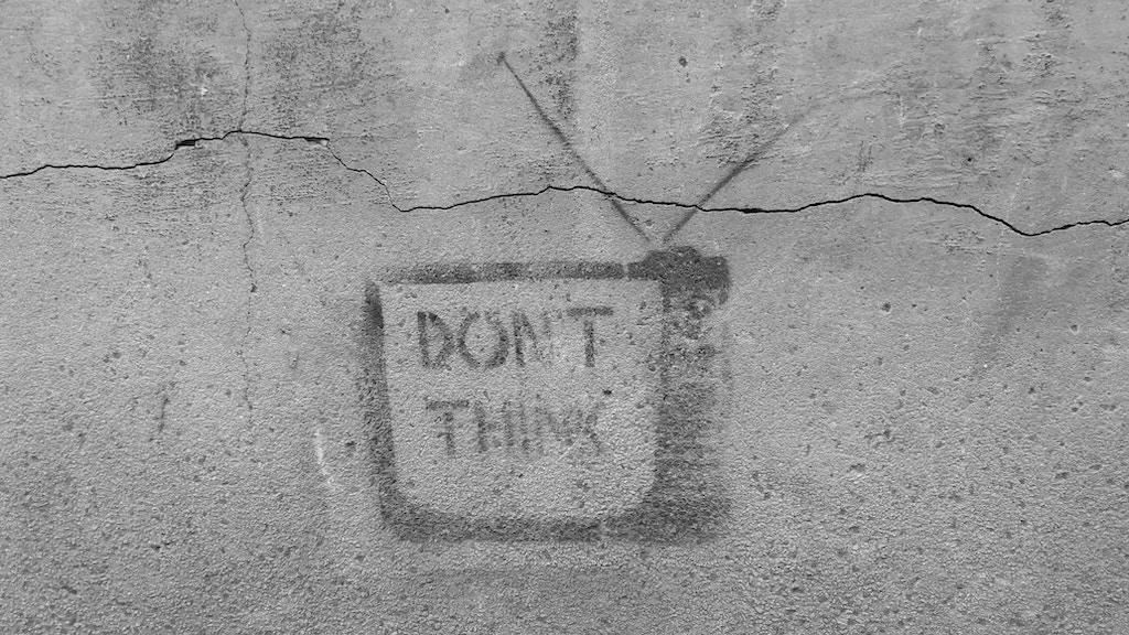 DON'T THINKと壁に書かれた絵