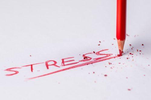 赤鉛筆でSTRESSと書きなぐった紙