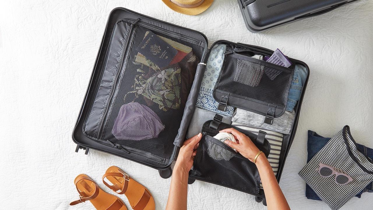 旅行かばんと荷物