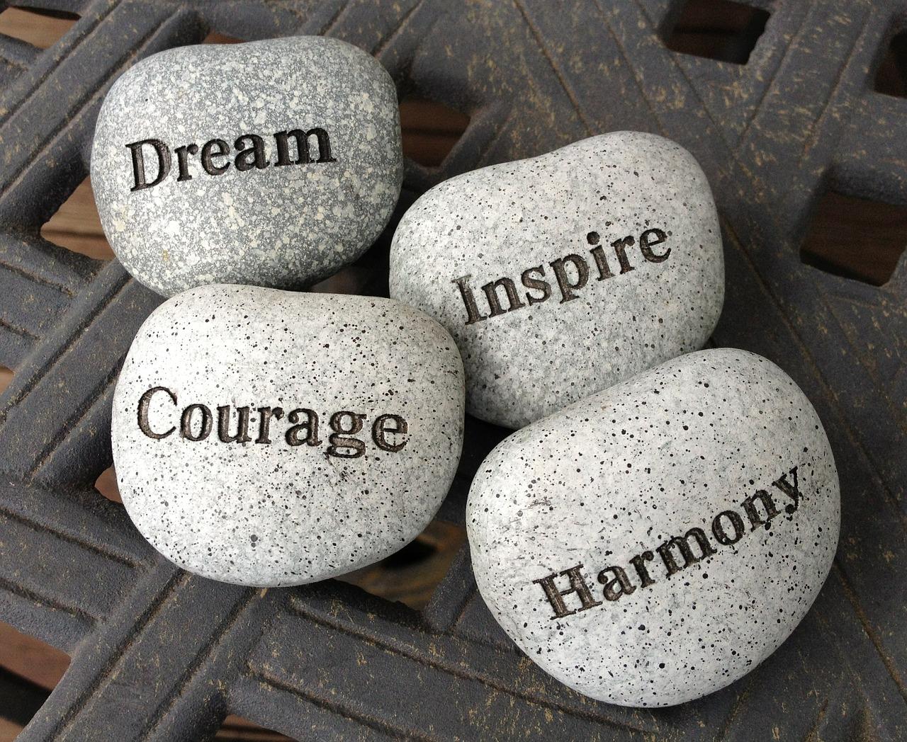 Dream Inspire Courage Harmonyと書かれた石
