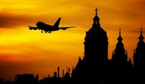 外国の風景と旅客機のシルエット